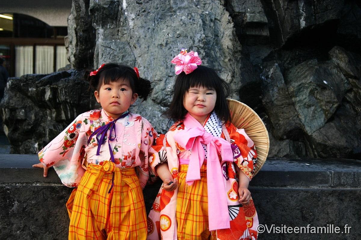 Japon deux filles en tenue traditionnelle