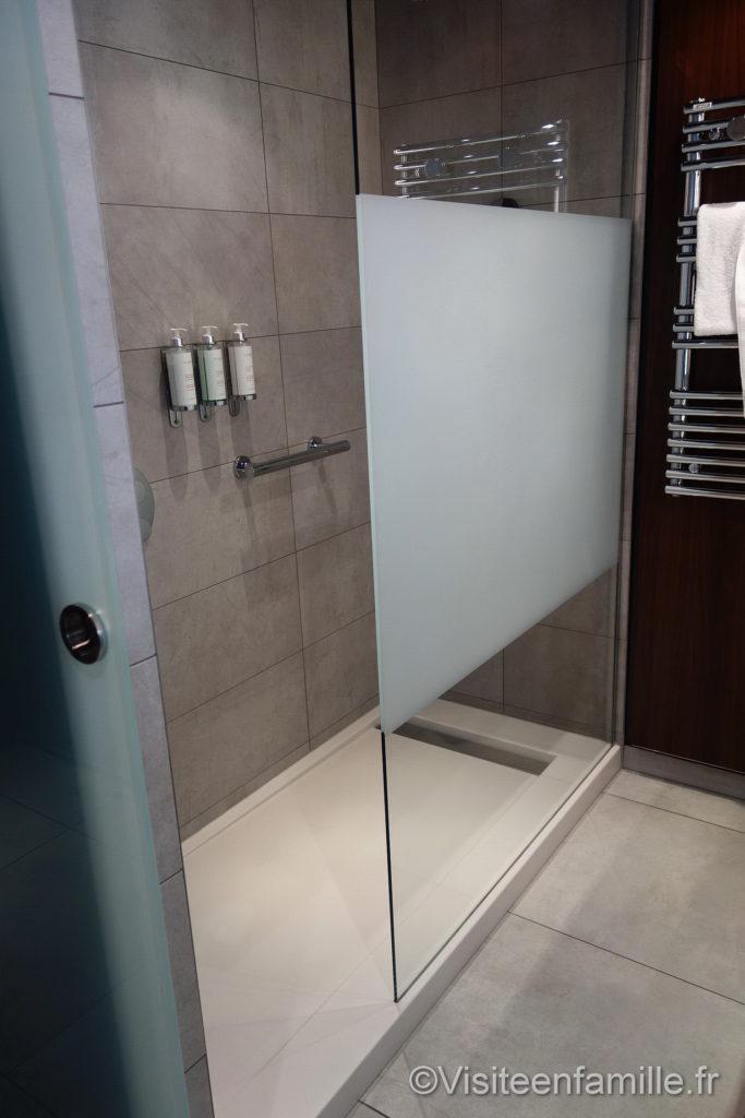 La douche de l'hôtel Molitor Paris