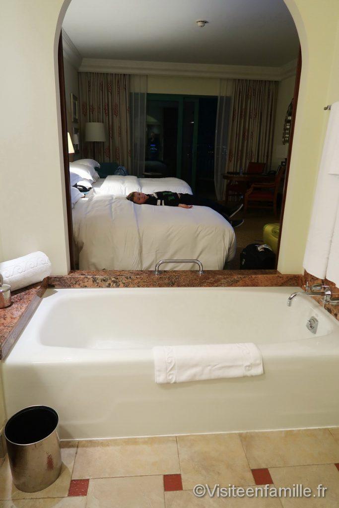La baignoire et les lits de l'hotel Atlantis The palm de Dubai