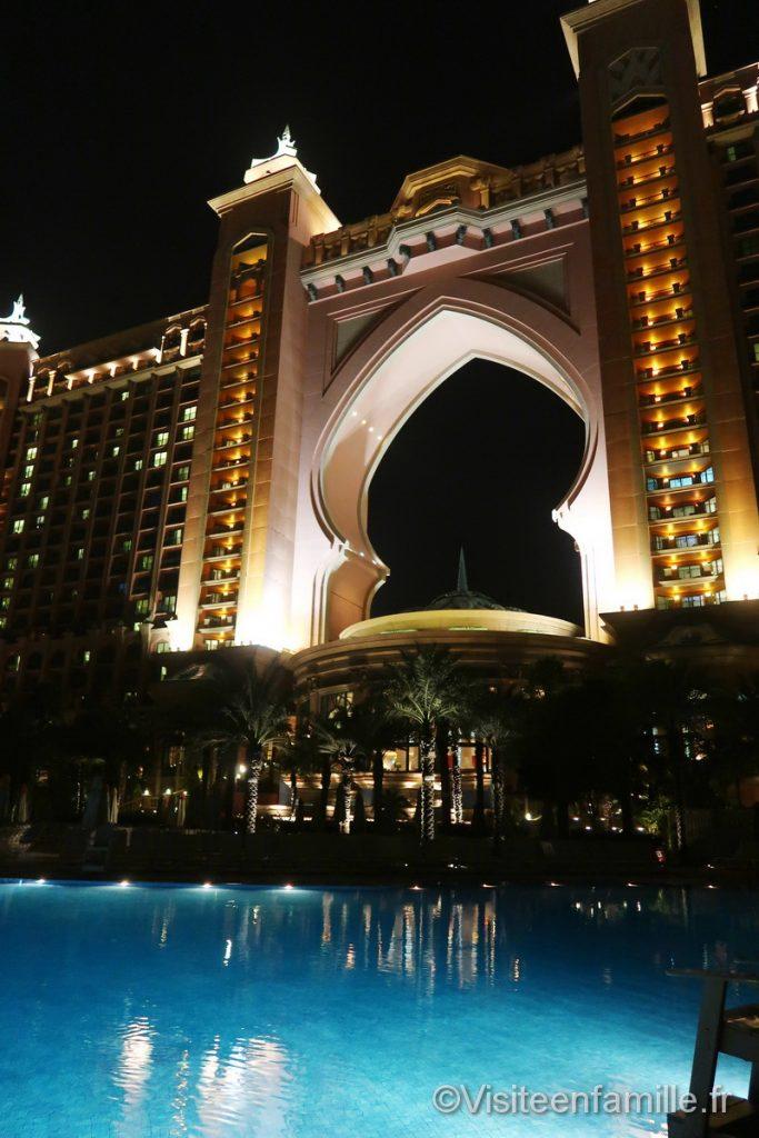 Vue de nuit depuis la piscine de l'hotel Atlantis de Dubai