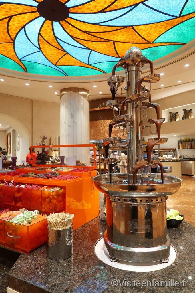 Bonbons et fontaine de chocolat au petit déjeuner de l'hotel Atlantis The palm de Dubai