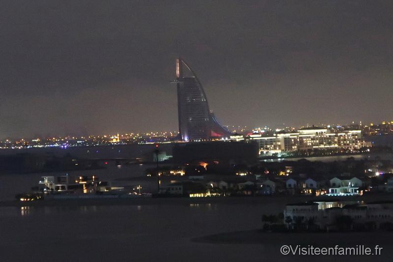 Vue de nuit depuis notre chambre de l'hotel Burj Al Arab