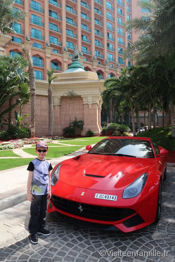 Une ferrari devant l'hôtel Atlantis The Palm Dubai