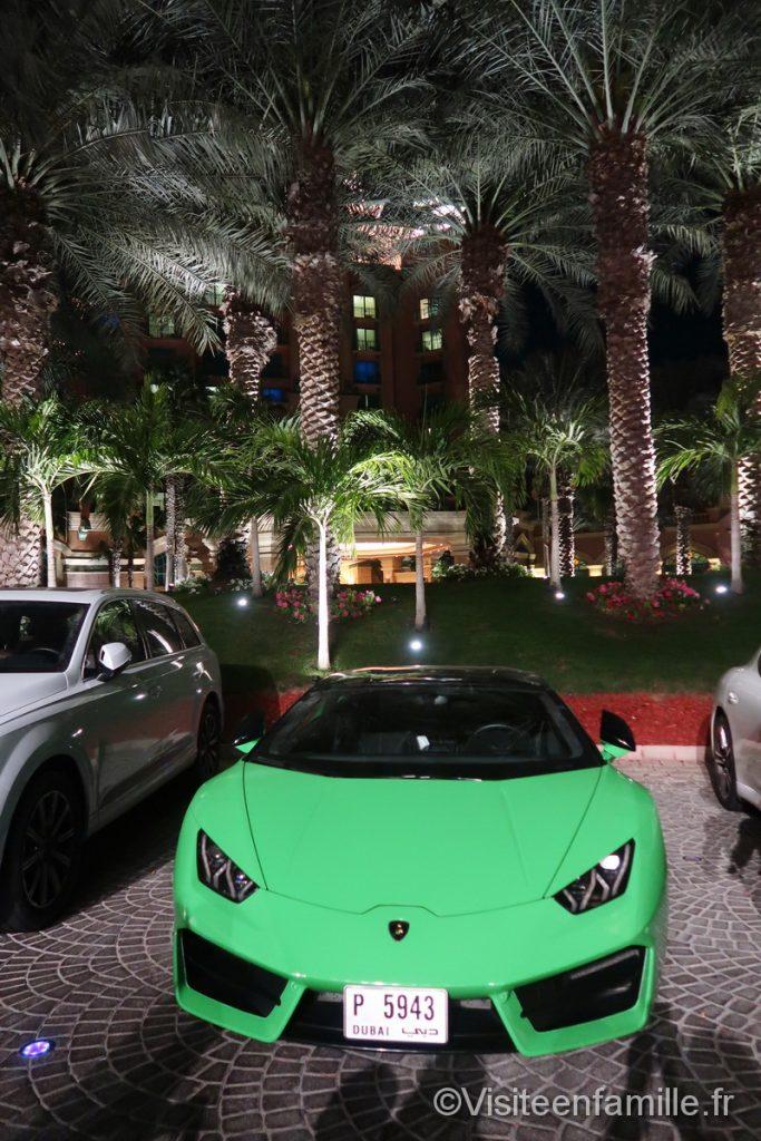 Ferrari verte devant l'hôtel Atlantis The Palm Dubai