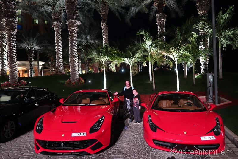 Deux voitures devant l'hôtel Atlantis The Palm Dubai