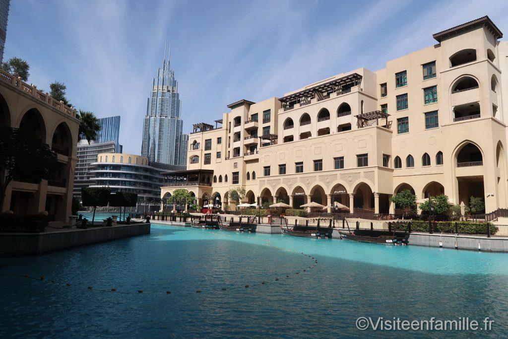 Du Fontaines Famille Et En Visite Mall Dansantes Des Dubai Yv76gybf
