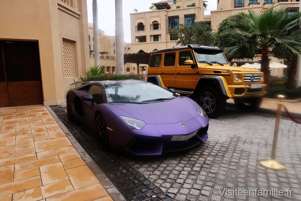 Voitures de luxe devant Palace Downtown Dubai