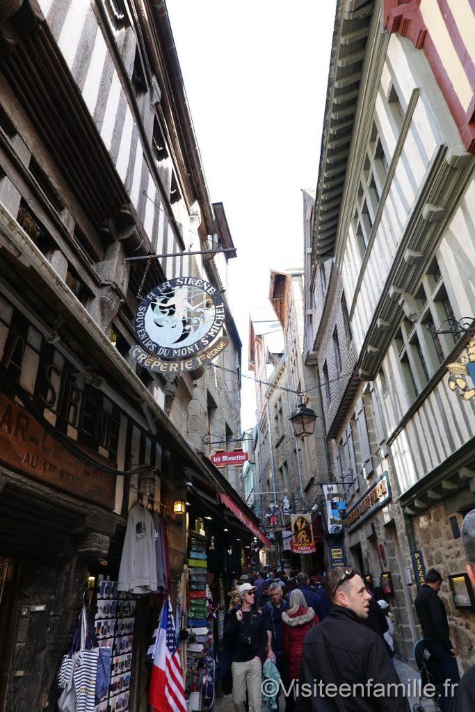 Beaucoup de monde dans les rues du mont Saint Michel