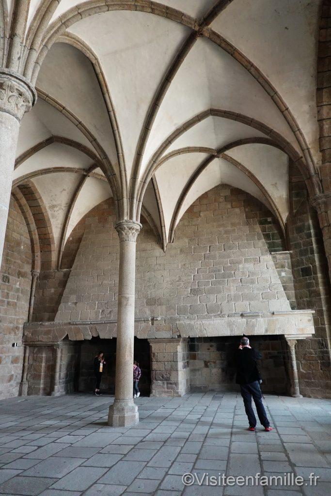 Double cheminée dans la salle des hôtes au mont Saint Michel