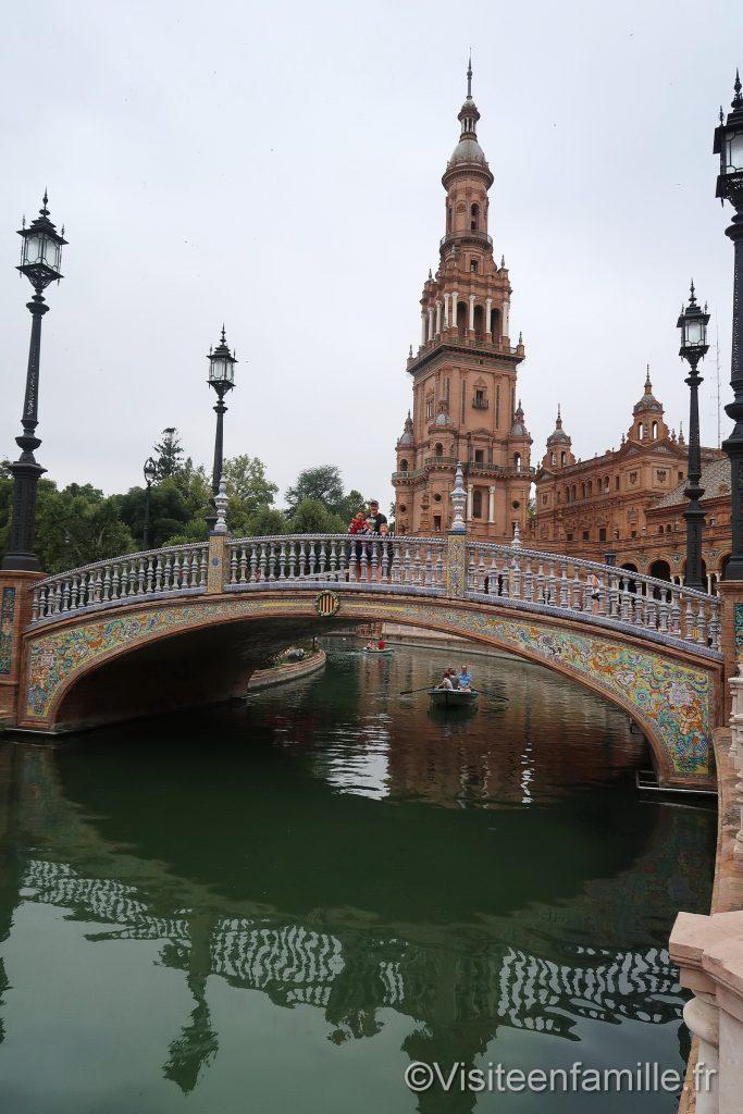 Pont et bateau sur La Plaza de España
