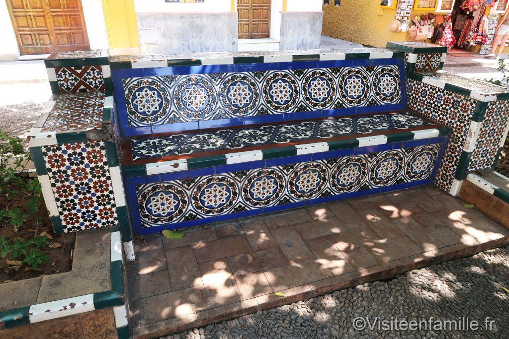 bancs en céramique à la Plaza de los venerables