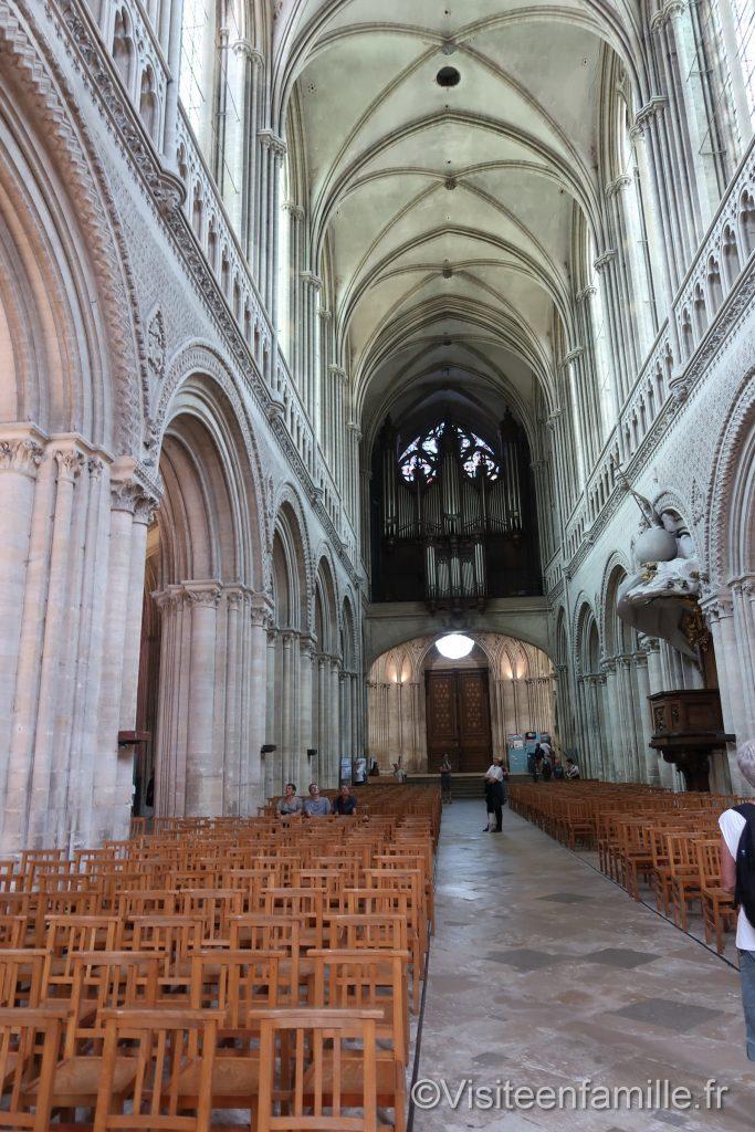 Arrière de la Cathédrale de bayeux avec son orgue au fond