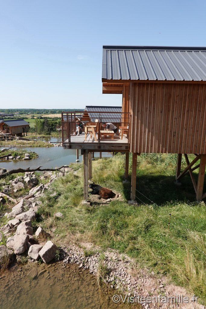 Terrasse lodge de la rivière de l'ours noir au Parc animalier de Sainte-Croix