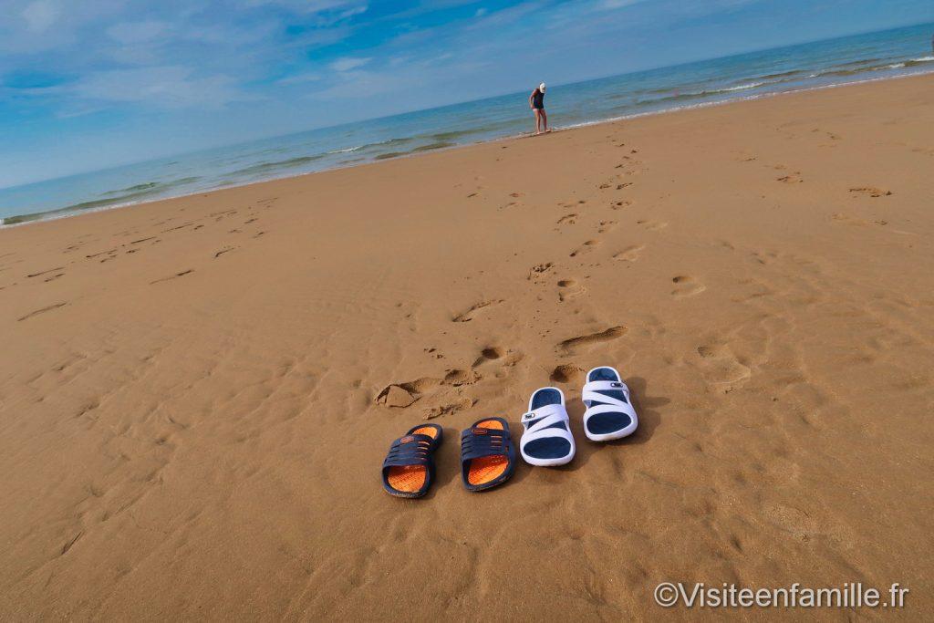 les chaussures sur la plage avant de se baigner à Omaha beach