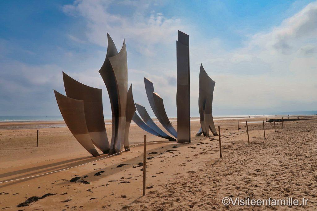 Sculpture les braves plage d'Omaha beach vu de côté