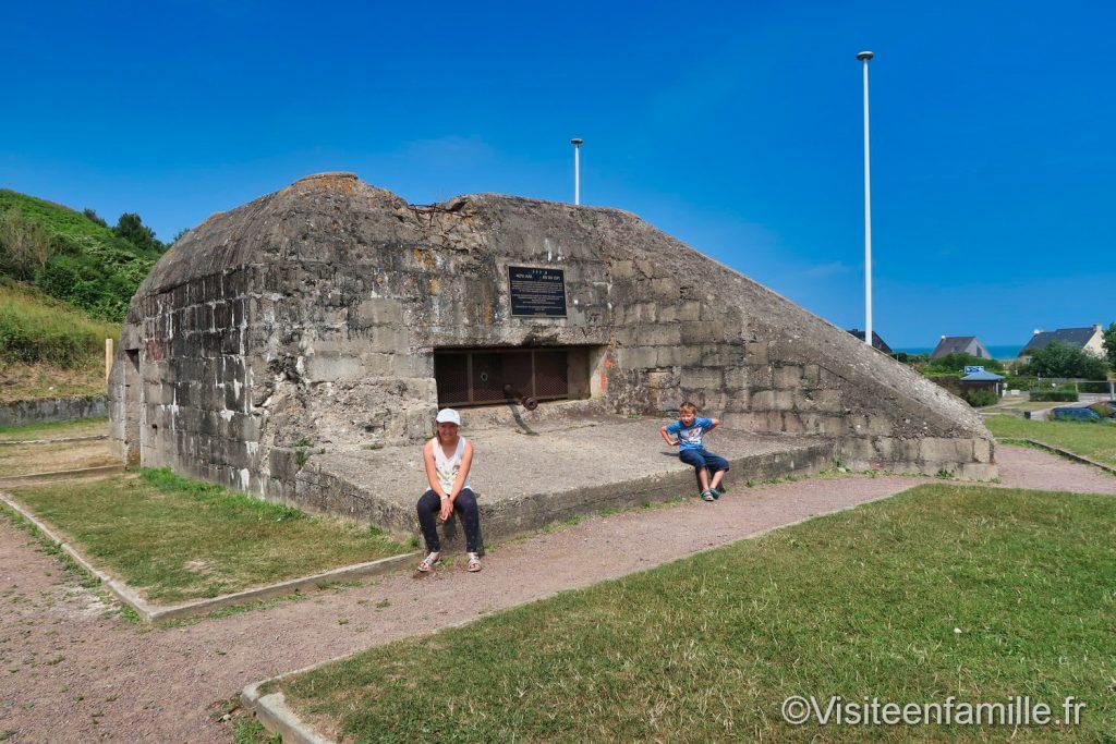 les enfants devant le bunker le Ruquet Nomandie