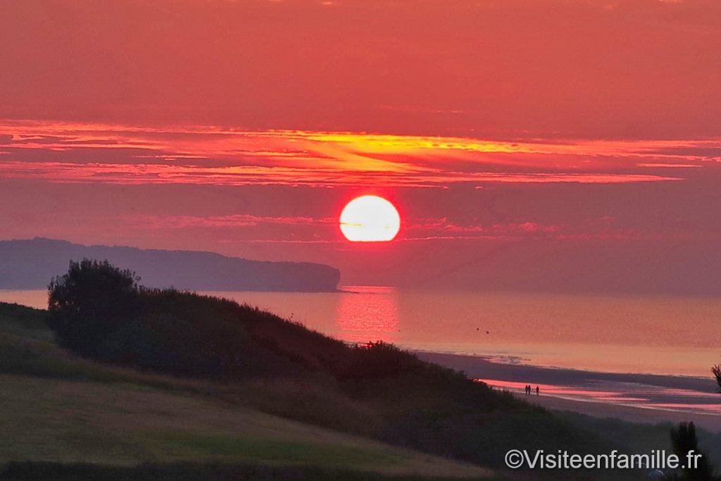 coucher de soleil rouge sur Omaha beach