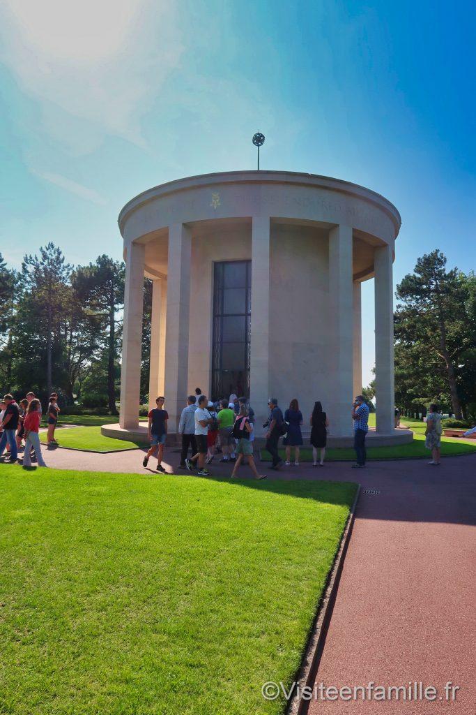 la chapelle du mémorial au centre du cimetière américain de Colleville sur mer