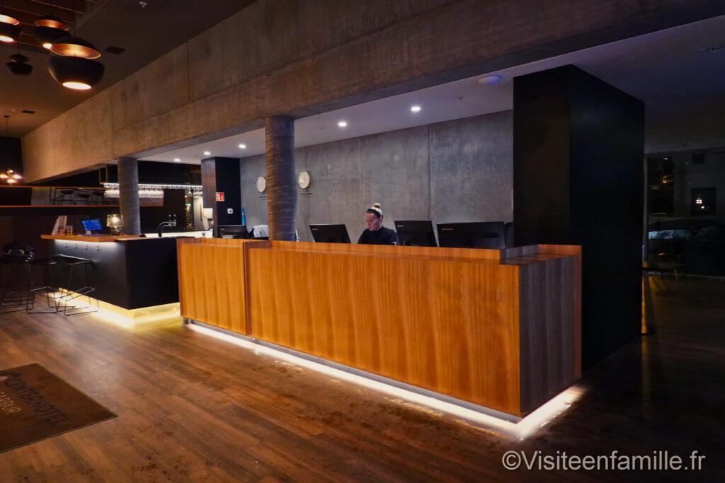 hall d entrée avec la récéption du  Centerhotel Midgardur à Reykjavik